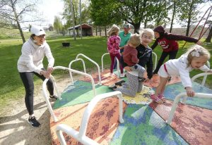 Nicolette Welter and her husband, Brian, play with ther children